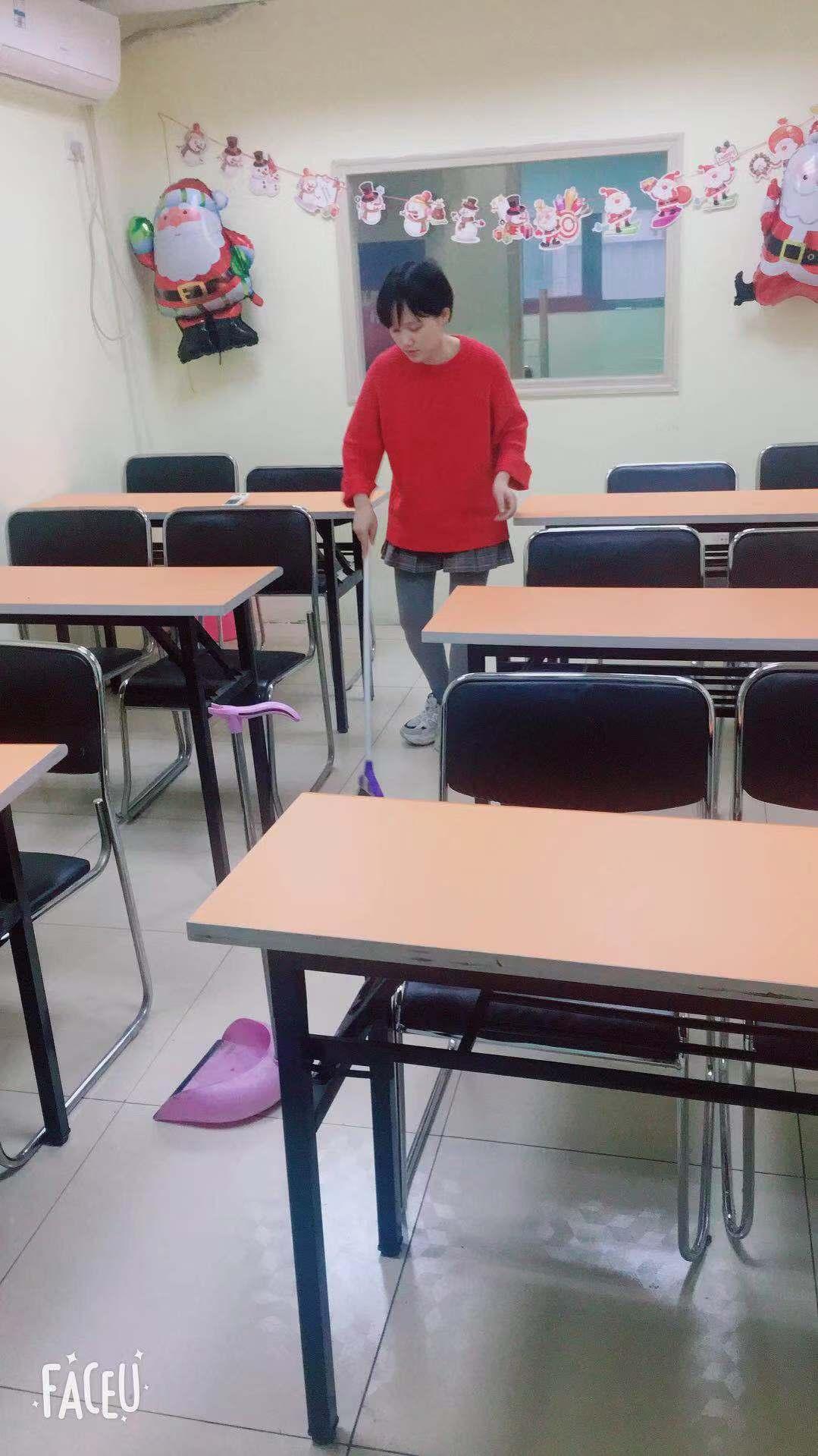 老师打扫卫生.jpg